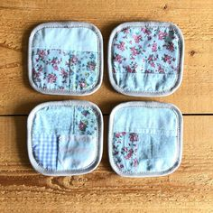 A lovely set of 4x floral mug-rugs, made combining pretty blue floral cottons with other matching fabrics. Have fun combining them together or using them one by one....they are made of cotton fabric on one side and a white towel cloth on the other, finished with a grey biais band.