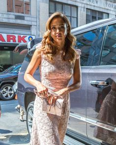 I am a huge Jessica Alba fan. She is my ultimate girl-crush and my style icon. I will post new and old photos daily! Divas, Aria Style, Lace Skirt, Sequin Skirt, Jessica Alba, American Actress, Business Women, Supermodels, Red Carpet