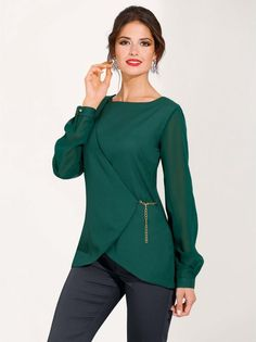 You get looks elegant and studied full of glamour with this impeccable dress blouse that will show your style care and feminine. Blouse Styles, Blouse Designs, Green Tops, Top Pattern, Pulls, Cool Outfits, Fashion Dresses, Tunic Tops, Street Style