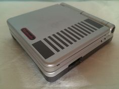 Game Boy Advance SP Classic NES Edition lateral console.