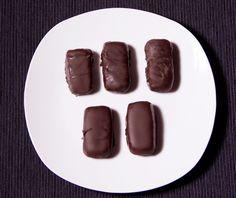 Bounty ripieni di un gustoso cocco crudo e ricoperti di cioccolato fondente! Ricetta vegan e crudista, semplicissima! TOP