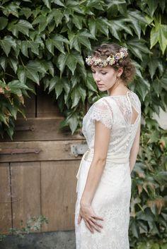 """Romantisches Brautkleid """"Coco"""" im Vintage-Stil: Der Übergang zwischen Oberteil und Rock wird durch ein breites, elfenbeinfarbenes Satinband betont. Das Unterkleid ist ein leicht ausgestelltes Satinkleid. Durch die leichten Materialien und den lockeren Schnitt ist das Brautkleid wunderschön zu tragen - by Claudia Heller Brautmode."""