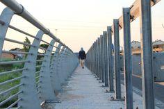 Un uomo inizia il suo cammino dalla stazione ferroviaria di Santarcangelo: un breve viaggio in treno fino al mare di Rimini, poi il ritorno a piedi attraverso il centro storico, le zone residenziali, le strade di campagna e le vie dei negozi, il fiume e le dune sabbiose. Gli spettatori lo seguono co…