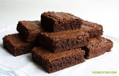 This easy brownie recipe uses no fancy equipment or ingredients, takes only minutes to put together, and makes a delicious brownie. A chocolate brownie is a flat, baked dessert square that was deve… Healthy Dessert Recipes, Vegan Recipes, Low Calorie Brownies, Desserts Sains, Gluten Free Brownies, Easy Brownies, Homemade Brownies, Velvet Cake, Chocolate Brownies