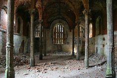 Les ruines de l'Ecurie - Intérieur - Znamenka - Construit entre 1856 et 1859 par l'architecte Harald von Bosse.