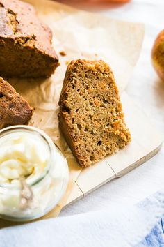 Štiplavý zázvor dodá koláči příjemný říz, mrkev a jablko zase šťavnatost; Jakub Jurdič Home Food, Banana Bread, Cooking, Sweet, Lemon, Kitchen, Candy, Brewing, Cuisine