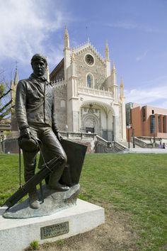 Foto Iglesia de Los Jerónimos y escultura de 'El Prado' en Madrid
