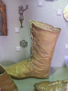 photo Medieval Boots, Medieval Clothing, Historical Clothing, Medieval Fashion, Viking Shoes, Schuster, Viking Dress, Old Shoes, Medieval Costume