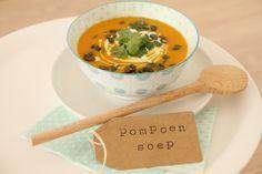 Pompoensoep oosters. Dit soepje is de ideale opkikker op een donkere herfstdag. Het is voedzaam, verwarmend, gezond en ook nog eens supermakkelijk te maken! Ingrediënten 1 ronde pompoen 4 teentjes knoflook 1 grote ui s...