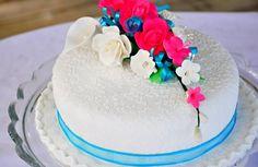 One tier wedding cake.