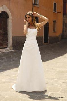 Een eenvoudige trouwjurk gemaakt van de mooiste zijde. Deze strapless jurk heeft een kort sleepje. Koonings kan jurken vaak afstemmen naar de wensen van de bruid.