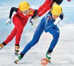 '에이스'의 막판 질주가 빛났다. 심석희(맨 앞)가 18일 소치 아이스버그 스케이팅 팰리스에서 열린 소치 동계올림픽 쇼트트랙 여자 3000m 계주 결선 마지막 바퀴에서 중국 선수를 제치며 1위로 결승선으로 들어오고 있다. 한국 여자 대표팀은 4분09...