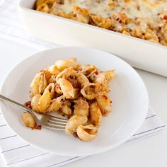 Here's a true crowd pleaser: pasta shells in a simple sauce of ground beef, tomatoes, and pesto, layered with mozzarella and Parmesan and baked until ... Meat Sauce Recipes, Hamburger Recipes, Wine Recipes, Pasta Recipes, Beef Recipes, Vegetarian Recipes, Cooking Recipes, Yummy Recipes, Beef Pasta