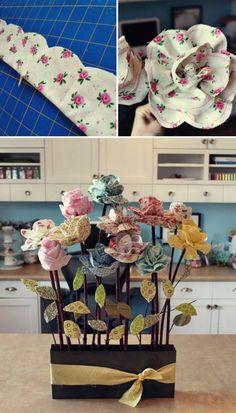 décoration centre de table floral, roses en tissu à motifs floraux, bac à fleurs rempli de fleurs, fleur en tissu tuto