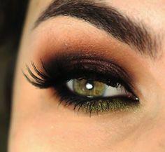 Un smoky à la fois chic, glam et doucement coloré qui convient parfaitement aux yeux verts ! #monvanityideal #smokyeyes #couleurs #glamour #chic #maquillage #beaute