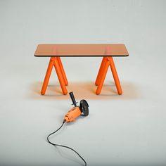 Tréteaux est une table basse rudimentaire mais tout aussi efficace qu'un établi improvisé - Design by V8 designers