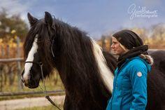 Freundschaft! Wenn man nur aufmerksam genug ist, dann kann man ganz oft so kleine Momente aufnehmen. Tamara's Gesichtsausdruck ist so klar... Die Liebe und Begeisterung für ihr Pferd kann man richtig greifen. Ein so schönes Bild... So sollten wir alle unsere #Pferde anstrahlen! #Pferdefotografie That Look, Take That, Horse Pictures, Equine Photography, Horses, Community, Animals, Group, Board