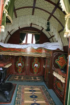 www.gypsycaravanbreaks.co.uk   This is such a cool  bed!