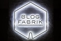 Blogfabrik erstrahlt als Neon-Installation mit»reverse dipping line«– empowering content creators.