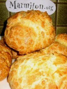 Gougères au fromage - 4 oeufs - 150 g de gruyère râpé - 150 g de farine tamisée - 100 g de beurre Portez 25 cl d'eau à ébullition, avec le beurre coupé en morceaux + 1 c à c de sel. Hors du feu, ajoutez la farine d'un coup. Mélangez avec une spatule en bois et faites dessécher pendant 1 min sur feu doux.Laissez tiédir quelques instants en versant ds un cul de poule et incorporez les oeufs un par un. Ajoutez le gruyère râpé. Enfournez 20 à 25 min 180° ou 200°