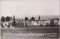 Jubileu de Borodino: O Imperador Nicolau II e suas filhas na procissão litúrgica no campo de batalha de Borodino, 26 de agosto de 1912, cartão postal.