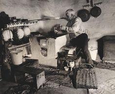 Slovakia,Martin Martinček: Martin Dutka varí sebe a svojej - 1965 Heart Of Europe, Police Cars, Police Vehicles, Eastern Europe, Old Photos, Scene, Stock Photos, Costume, Painting