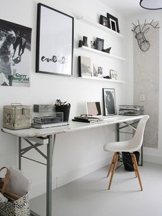 Home office com quadros.