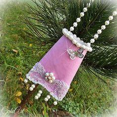 Netradičná ozdoba na stromček slúži zároveň ako darčeková taštička/krabička na malý darček, napr: - briliantový alebo aj zásnubný prsteň - 500 € bankovku - sladkosti pre det...