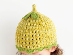 2色を引き揃えて、ぽこぽこした玉編みに表情を出して。 葉っぱのモチーフをつけたら梨みたいなかわいいどんぐり帽子になりました。