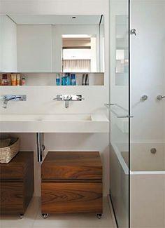 banheiro pequeno com banheira 9