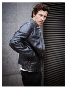 Callum Turner is all smiles as he covers Country & Town House. The British actor wears an Acne Studios denim jacket with a Sunspel t-shirt, Folk pinstripe pants… Callum Turner, Pleasing People, Pinstripe Pants, Classic Wardrobe, Cameron Diaz, All Smiles, British Actors, Celebs, Celebrities