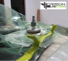 Válvula y bolsa de vacío en el molde. Para mayor información, visita: www.carbonlabstore.com
