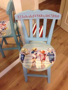 Nada melhor que usar uma cadeira antiga e colar um tecido com uma imagem que conta uma história
