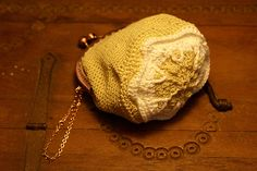 Vintage beige and white crochet kisslock coin purse with granny square base, cotton filament. by Hishuk on Etsy