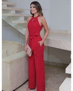 You're looking at the definitive proof that a red jumpsuit looks awesome and has tons of styling possibilities. Trousers Women, Pants For Women, Casual Outfits, Cute Outfits, Short Outfits, Casual Dresses, Casual Chic, Ideias Fashion, Fashion Dresses