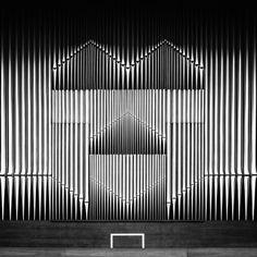 Il y a quelques années de ça, nous vous avions présenté le travail photographique de Nick Frank, directeur artistique et photographe amateur.  Voici une petite piqûre de rappel avec cette magnifique série baptisée « Monoscapes ». Des clichés noir et blanc pris à travers le monde. La saturation des noirs ou des blancs et le cadrage transforment ces bâtiments en des tableaux géométriques presque abstraits.