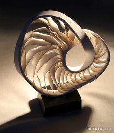 Fenella Elms vive y trabaja en Wiltshire y ha ganado numerosos galardones y premios por su cerámica contemporánea. Convierte porcelana en texturas fluidas y estructuras rítmicas.