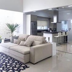 """Por Evelyn Lacerda on Instagram: """"Ambiente integrado e um decor super moderno. Gostaram? ⠀ ▸ Autoria: Estúdio Denise Mariano ▸ Confira: @arqtiva   @decoremais ⠀ ⠀ ⇾ Մse a…"""""""