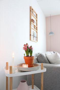 Inspiratie en ideeën om fris het nieuwe jaar in te gaan met een Scandinavisch romantisch interieur en woonkamer met veel wit, grijs en roze tinten. Planter Pots, Coffee Tables, Plants, Blog, Style, Decorating Tips, Houses, Swag, Low Tables
