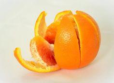 Muchos de nosotros solemos desechar la piel de la naranja cuando nos comemos la fruta o hacemos jugos, sin saber que muchos de los increíbles beneficios y propiedades de la naranja se encuentran precisamente en su piel.