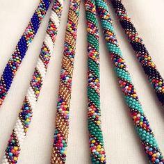 Gold ve siyah uy. Crochet Beaded Bracelets, Bead Loom Bracelets, Bracelet Crafts, Bead Crochet Patterns, Bead Crochet Rope, Beading Patterns, Loom Bracelet Patterns, Seed Bead Jewelry, Beading Tutorials