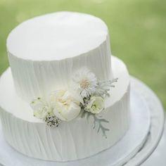 ウェディングケーキはシンプルな2段のホワイトのケーキです。事前に伝えたイメージ通りで、中にはフルーツもたっぷり入っていてクリームのお味はさっぱり目で美味しかったそうですよ。#ウェディングネイル #ケーキ #cake #wedding #結婚式 Diy Wedding, Wedding Cakes, Sweets, Weddings, Desserts, Food, Wedding Gown Cakes, Tailgate Desserts, Deserts