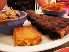 Baby Blues BBQ, restaurante - diversos tipos de churrasco de todos os cantos dos EUA. Ambiente xexelento de buteco. > 444 Lincoln Bl. (Venice)