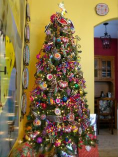Here are 16 awesome ideas for diy Christmas decorations. Simple Christmas Tree Decorations, Beautiful Christmas Trees, Holiday Tree, Xmas Tree, Christmas Themes, Mexican Decorations, Bohemian Christmas, Noel Christmas, Christmas Ornaments