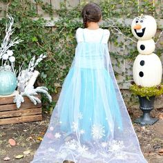 Need a last-minute costume idea? You won't believe how easy this Disney Frozen Elsa costume is easy to make!