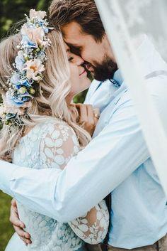Brautkleid mit Spitze und Tüllrock in Hellblau (Foto: Evelina Galinis Fotografie)