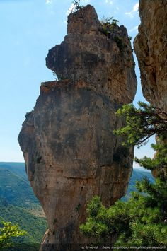 A huge rock balanced on top of the cliff: the Vase de Chine / Middle France mountains