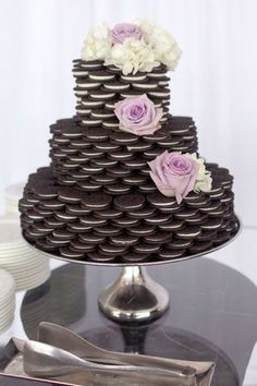 Ridiculously easy DIY oreo cake for a bridal shower! So original and it also looks stunning! Pin this idea now! | MySweetEngagement.com
