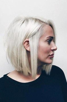 If you like short hairstyles, you will inevitably fall for the newcomer to the beauty sphere: the blunt bob. This short square, very strict, is essential as the hairstyle trend to adopt this summer. In beauty, the trend is squared. Fat Round Face Hairstyles, Double Chin Hairstyles, Fat Face Haircuts, Choppy Bob Hairstyles, Easy Hairstyles For Medium Hair, Bob Haircuts, Prom Hairstyles, Short Hair Styles For Round Faces, Short Hair Styles Easy