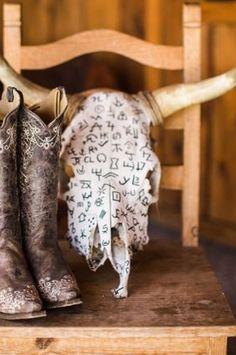 52 Rustic Wedding Decoration Ideas for Creating a Rustic-Style Wedding Bull Skulls, Deer Skulls, Animal Skulls, Cow Skull Decor, Cow Skull Art, Western Crafts, Western Decor, Crane, Painted Cow Skulls